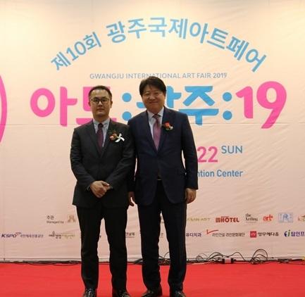 김종명 ㈜유디 사장(오른쪽)과 박동훈 유디치과협회 부회장이 개막식에 참석한 모습 (사진 = 유디치과)
