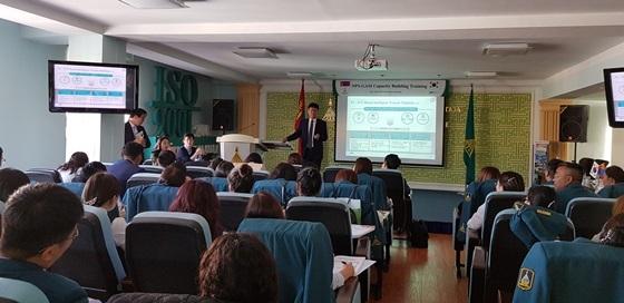 국민연금공단 김대순 정보화본부장이 몽골 사회보험청 직원을 대상으로 정보전략 관련 강의를 하고 있다. (사진 = 국민연금공단)