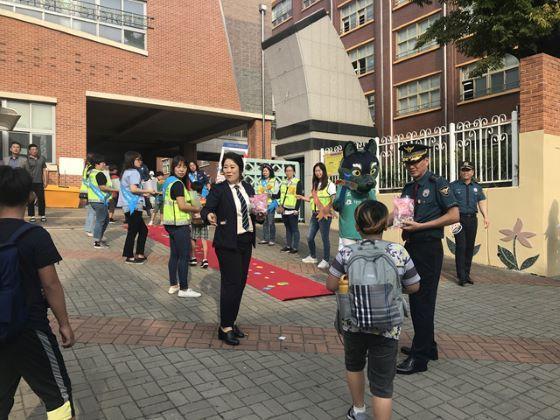 안산시 본오초등학교에서 전개된 안전한 학교 만들기 합동 캠페인 모습. (사진 = 안산상록경찰서)