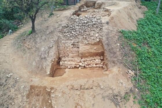 고양시 행주산성에서 삼국시대에 축성된 450M 규모의 석성 및 토성 확인 모습