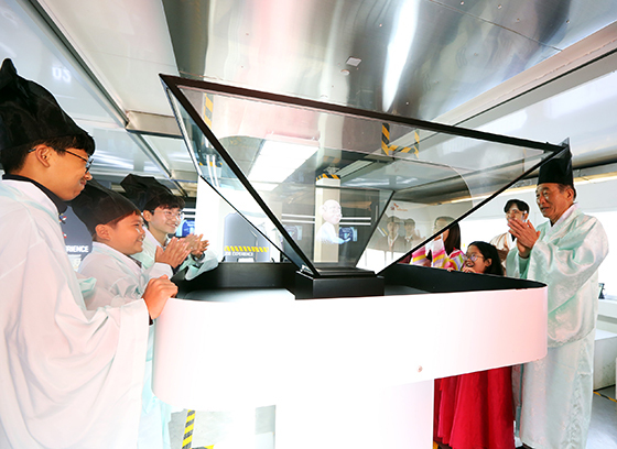 함양군 초등학생들이 티움 모바일의 미래 직업 연구소에서 AR∙VR을 통한 적성검사를 체험하고 있다. (사진 = SK텔레콤)