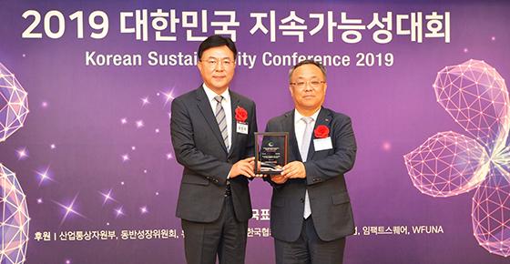 18일 2019 대한민국 지속가능성대회에서 SK C&C 유항제 SV추진실장(왼쪽)과 이상진 한국표준협회 회장(오른쪽)이 대한민국 지속가능성 보고서상(KRCA, Korea Readers Choice Awards) 서비스부문 우수보고서상 수여식 후 기념촬영을 하는 모습. (사진 = SK)