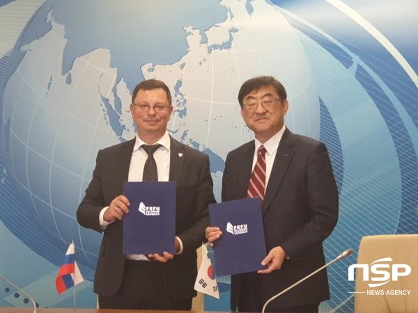 김무환 포스텍 총장(사진 오른쪽)과 니키타 유 아니시모프 극동연방대 총장 (사진 = 포스텍)