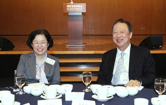 박용만 대한상의 회장(오른쪽)과 조성욱 공정거래위원장이 환담을 하고 있다. (사진 = 대한상의)