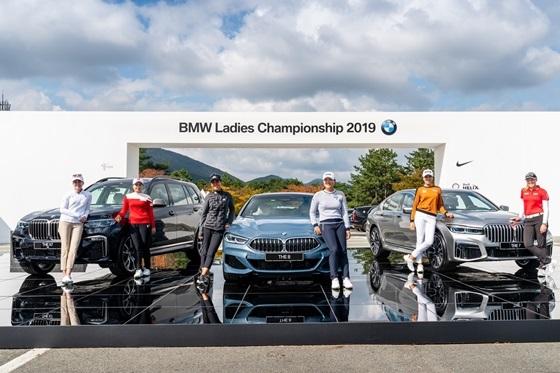 (왼쪽부터 X7, 8시리즈, 7시리즈) 들과 함께 포즈를 취하고 있다. (왼쪽부터) 폴라 크리머, 최혜진, 대니얼 강, 고진영, 허미정, 브룩 헨더슨 (사진 = BMW 코리아)