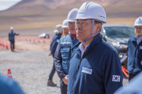 아르헨티나 리튬 추출 데모플랜트 건설현장을 방문해 안전을 당부하며 직원들을 격려하는 최정우 회장 (사진 = 포스코 제공)