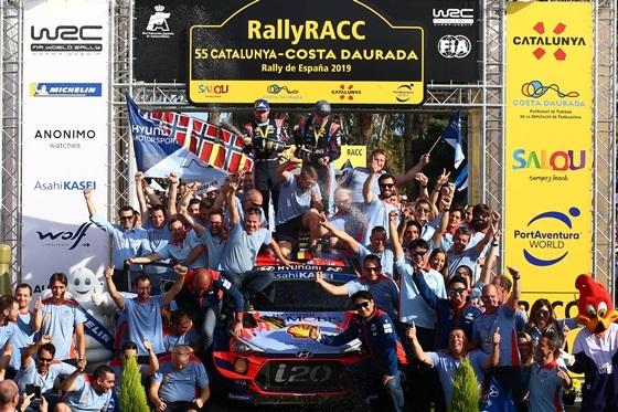 스페인 타라고나(Tarragona) 주에서 열린 2019 월드랠리챔피언십(WRC) 13차 대회에서 우승을 차지한 티에리 누빌(Thierry Neuville, 경주차 상단 오른쪽) 선수와 코드라이버 니콜라스 질술(Nicolas Gilsoul, 경주차 상단 왼쪽)이 팀 동료들과 함께 환호하고 있다. (사진 = 현대차)