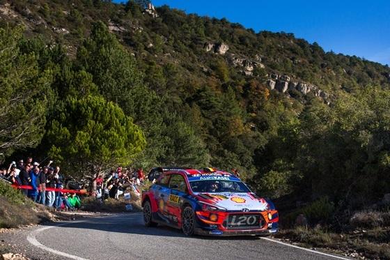스페인 타라고나(Tarragona) 주에서 열린 2019 월드랠리챔피언십 13차 대회에서 우승을 차지한 현대자동차 i20 Coupe WRC 랠리카가 달리고 있는 모습