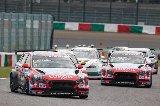 현대차 i30 N TCR 경주차가 일본 스즈카 서킷에서 개최된 글로벌 최정상급 투어링카 대회인 2019 WTCR(World Touring Car Cup)에 참가해 1위로 달리고 있는 모습. (사진 = 현대차)