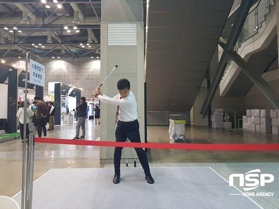 고양 킨텍스에서 개최된 SBS 골프 한국골프용품점 전시회에 마련된 연습 장소에서 홀인원 라이트의 시연을 보여주고 있다.