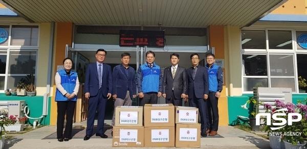 윤수왕 부장(가운데)이 포항사랑봉사단원들과 함께 흥해서부초등학교에 학용품을 전달했다. (사진 = DGB대구은행 포항사랑봉사단)