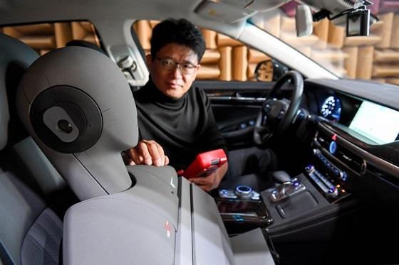 NVH리서치랩 이강덕 연구위원이 제네시스G90차량으로 RANC기술을 테스트하는 모습