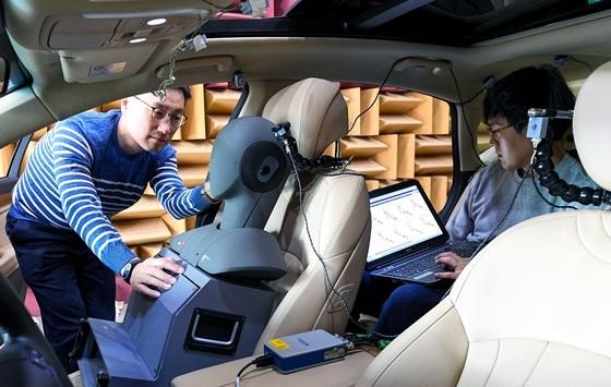 연구원들이 제네시스 G80차량으로 RANC기술을 테스트하는 모습 (사진 = 현대차)