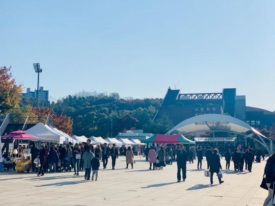 사우문화체육광장에서 제1회 김포시 소상공인 우수상품 판매전이 진행되고 있다. (사진 = 김포시)