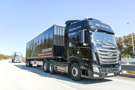 사진은 고속도로를 나란히 군집주행으로 달리고 있는 현대차 엑시언트 자율주행트럭의 모습. (사진 = 현대차)