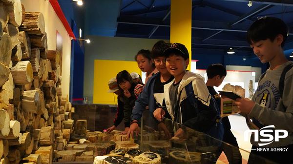 경주엑스포 자연사박물관을 견학하는 학생들 모습. (사진 = 경주시)