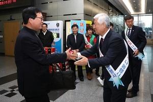 [포토]무주군, 전북도청서 반딧불사과 나눔 행사 개최