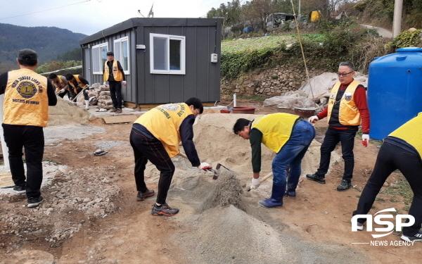여수종고라이온스 클럽 회원들이 마당 포장을 위해 시멘트 작업을 하고있다. (사진 = 여수시)