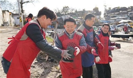 (좌측 두 번째) 봉사활동에 참여한 롯데건설 하석주 대표이사 (사진=롯데건설)