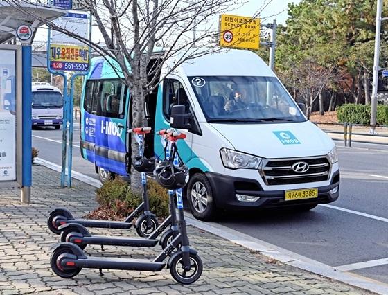 시범 운영중인 I-MOD 차량과 버스정류장에 반납된 I-ZET 전동킥보드 (사진 = 현대차)