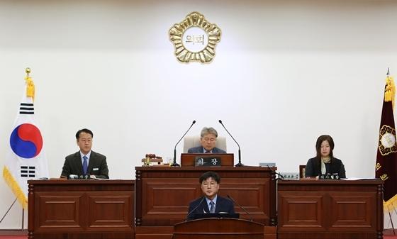 한대희 군포시장이 2일 시의회에서 내년도 예산안 관련 시정연설을 하며 협조를 당부하고 있다. (사진 = 군포시)