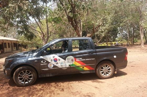 사진은 당시 기증한 코란도 스포츠가 가나 순야니 지역에서 의료지원용 차량으로 활용되고 있는 모습. (사진 = 쌍용차)