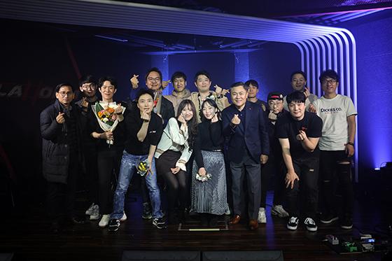 롯데정보통신 마용득 대표이사와 동호회원들이 기념사진을 촬영하고 있다. (사진 = 롯데정보통신)