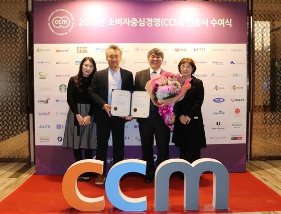 ㈜아성다이소의 신호섭 대표(왼쪽에서 세 번째)가 소비자중심경영 인증서를 받고 회사 직원들과 함께 기념촬영을 하고 있다. (사진 = 아성다이소)
