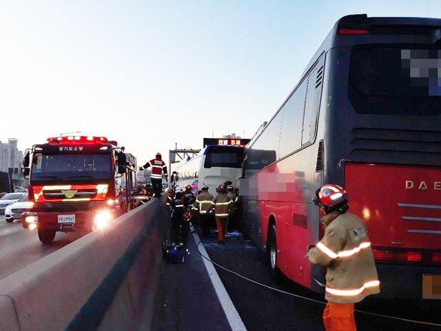 사고난 버스에서 소방대원들이 사람을 구조하고 있다. (사진 = 경기소방재난본부)