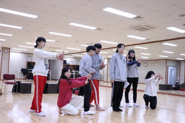 청소년 극단 고등어 단원들의 뮤지컬 연습 모습. (사진 = 안산문화재단)