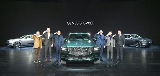 이원희 현대차 사장 등 임원들이 제네시스 브랜드의 첫 번째 SUV GV80의 두 줄 디자인 특징 표시하는 인사를 진행 하고 있다. (사진 = 현대차)