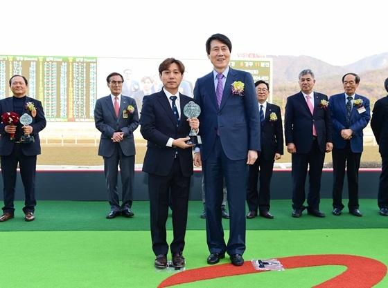 김동균 조교사(왼쪽 수상자) (사진 = 한국마사회)