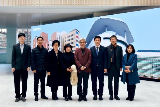 15일 AI교육 협력 간담회 후 곽상욱 오산시장(왼쪽 다섯번째)과 이동훈 서울과기대 총장이 관계자들과 기념촬영을 하고 있다. (사진 = 오산시)
