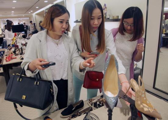 신세계 본점, 중국인 고객 쇼핑 (사진 = 신세계백화점 제공)