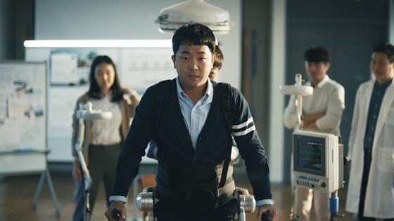 박준범 선수가 현대자동차 웨어러블 로보틱스 기술이 적용된 의료용 로봇 H-MEX(Hyundai Medical Exoskeleton)를 착용하고 걷고 있는 모습. (사진 = 현대차)