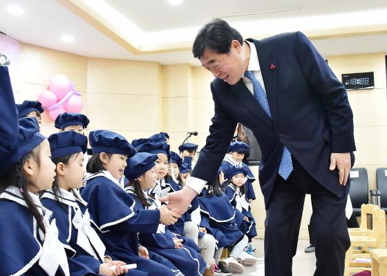 윤화섭 안산시장이 어린이들과 인사를 나누고 있다. (사진 = 안산시)
