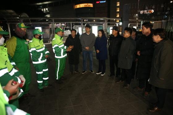 23일 수원시의회 도시환경교육위원회가 청소노동자들과 대화를 하고 있다. (사진 = 수원시의회)