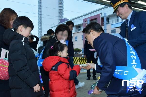 권오봉 여수시장이 여수엑스포역에서 설을 맞아 고향을 찾은 귀성객들을 환영하며 기념품을 전달하고 있다.
