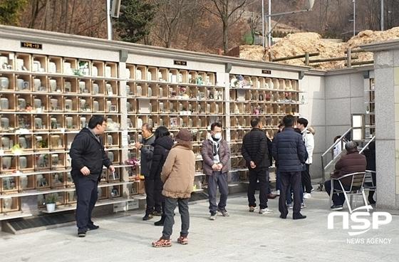 설날 당일인 25일 경기 의왕시 오전동에 위치한 의왕하늘쉼터를 찾은 추모객들. (사진 = 남승진 기자)