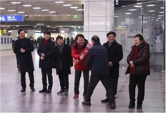 24일 김용남 국회의원 예비후보(왼쪽 네번째)가 시민과 인사를 하는 모습. (사진 = 김용남예비후보 선거사무소)