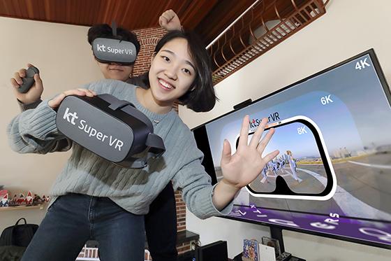 KT 모델들이 슈퍼VR로 8K VR 스트리밍 서비스를 체험하고 있다. (사진 = KT)