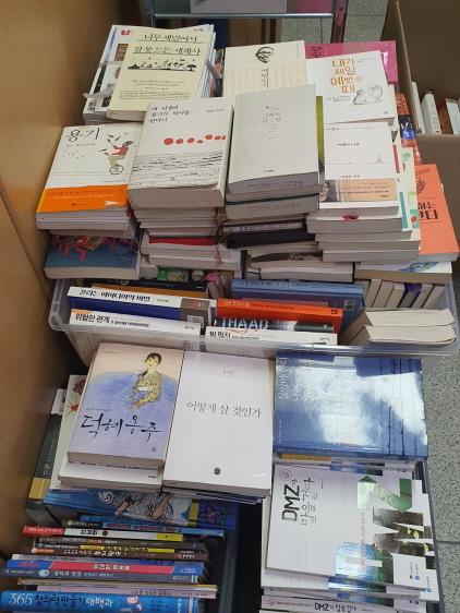 자가격리 도민들에게 기증한 도서 모습. (사진 = 경기도)