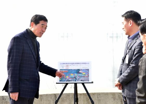 윤화섭 안산시장이 시화MTV 반달섬을 방문해 관계자들과 시설을 둘러보고 시화호 일대 설치된 송전설비 현황을 설명하고 있다. (사진 = 안산시)