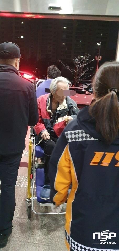 심신미약의 치매환자 박씨(81)가 벌금미납이 완납이 확인 돼서야 인천삼산경찰서 유치장에서 풀려나 119응급차에 실려나가고 있다.