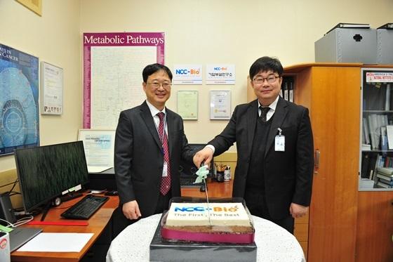국립암센터 연구소에서 (왼쪽) 김수열 뉴캔서큐어바이오 대표와 박상재 국립암센터 연구소장 등이 참석한 가운데 뉴캔서큐어바이오 개소식이 진행됐다. (사진 = 국립암센터)