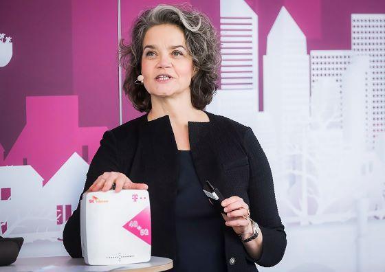 클라우디아 네맛(Claudia Nemat) 도이치텔레콤 이사회 기술혁신 담당 임원이 독일 본에서 26일(현지시간) 열린 기자간담회에서 5G RF중계기를 소개하고 있다. (사진 = SK텔레콤)