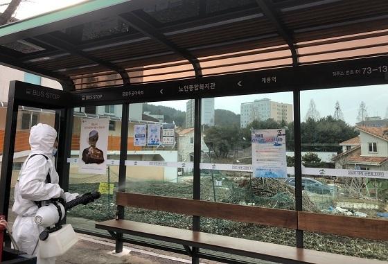 ▲계룡시가 코로나19의 확산을 차단하기 위해 대중교통 방역활동을 강화했다. (사진 = 계룡시)