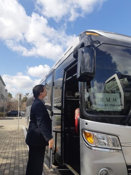 27일 성남시에서는 관용버스를 이용 가천대 중국 유학생을 인천공항에서 기숙사까지 수송했다. (사진 = 성남시)