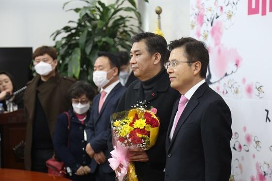 최승재 전 소상공인연합회장(우측 두번째)과 황교안 미래통합당 대표(우측 첫번째)가 영입인재 행사 후 기념사진을 찍고있다.