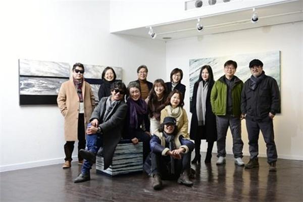 ▲구구전에 참가한 9인의 화가들과 스태프진(사진 제공 = 미술세계)